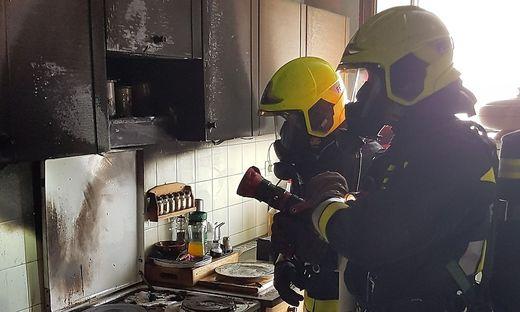 Feuerwehreinsatz in einem Hochhaus in Villach: Verbrannte Speisen am Herd dürften das Feuer ausgelöst haben