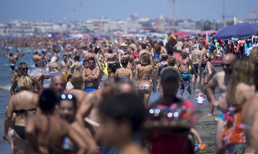 Wer in Italien das Verbot, abseits vom Strand nur Badegewand anzuhaben, ignoriert, kann zur Kasse gebeten werden