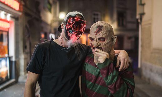 Dieses Halloween mussten Monster draußen rauchen