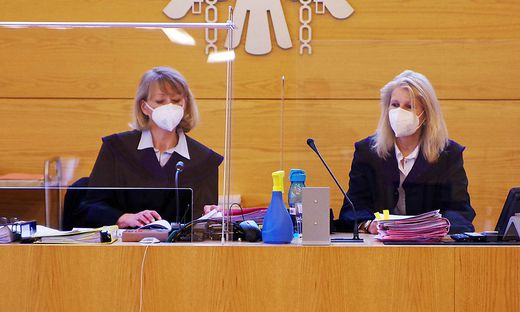 Richterin Barbara Grundbichler (inks) und Beisitzerin Sabine Anzenberger bei Prozessbeginn am Montag