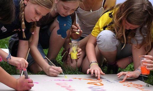 In vielen Gemeinden der Region dürfen sich die Kinder aktiv einbringen und mitbestimmen. Rechts: einige der Wünsche, die die Kinder zeichnerisch vorbrachten