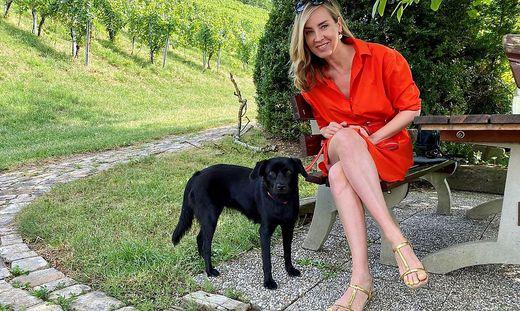 Nadja Bernhard mit Hündin Izzy zu Besuch in der Südsteiermark