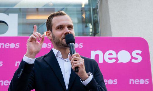 Der Neos-Nationalratsabgeordnete Felix Eypeltauer macht Platz für Katharina Werner.
