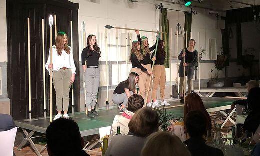 Mit dem Theaterdinner im Rossstall im Schloss Hollenegg gelang den HLW-Klassen ein großes Projek