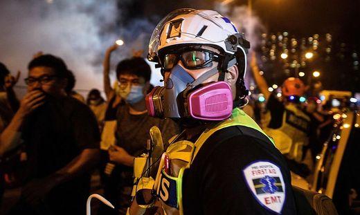 Ein Sanitäter in Hongkong im Einsatz