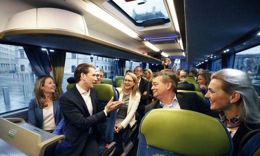 Anfahrt mit dem Bus zur Regierungsklausurs