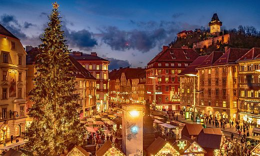 Christbaum und Adventmarkt am Hauptplatz in Graz