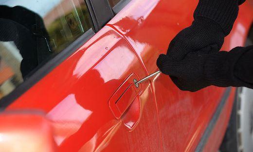 Täter brachen in zwei Autos ein
