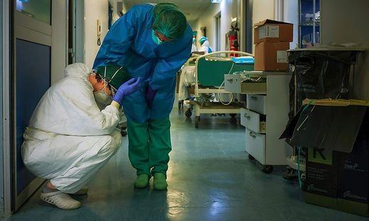 Bilder wie diese sind leider keine Seltenheit mehr in der Lombardei: Mitarbeiter des Gesundheitsdienstes sind am Ende ihres Arbeitstages völlig erschöpft