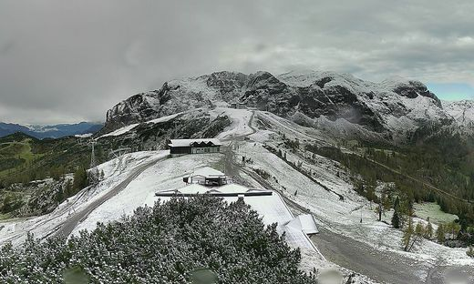 Berg mit Schnee und lifte