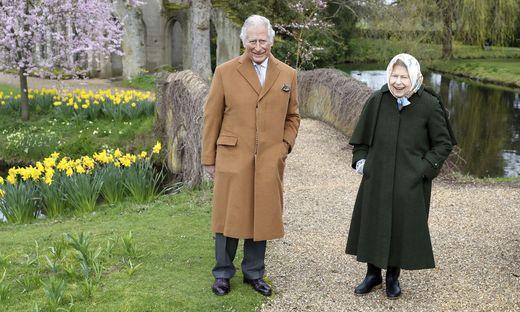 Queen Elizabeth II und Prince Charles im Garten von Frogmore House