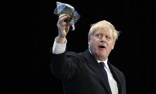 Boris Johnson kann es einfach nicht lassen: Hier mit Räucherhering