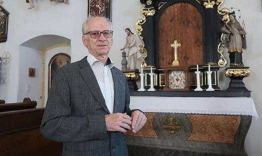 Ferdinand Fladischer vor dem neuen Altar in der Kalvarienbergkirche. Er stammt aus einer Kapelle in Peggau
