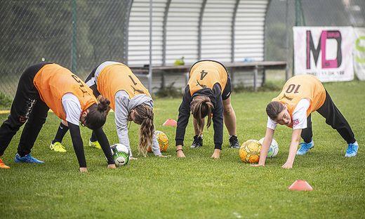 Kleine Kinderzeitung Soccer Girl Academy Maedchen-Fuszball Sportplatz Maria Rain August 2020