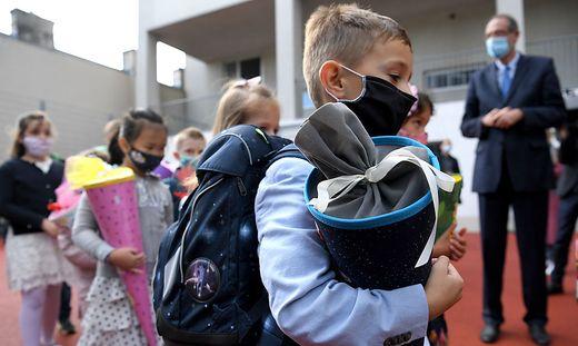 Schultüten und Masken werden heute ein gewohntes Bild sein