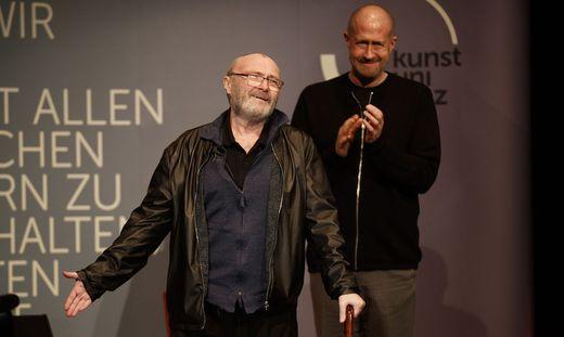 """Phil Collins wird """"Dr. h. c."""". Davor beantwortete er 90 Minuten lang Studentenfragen"""