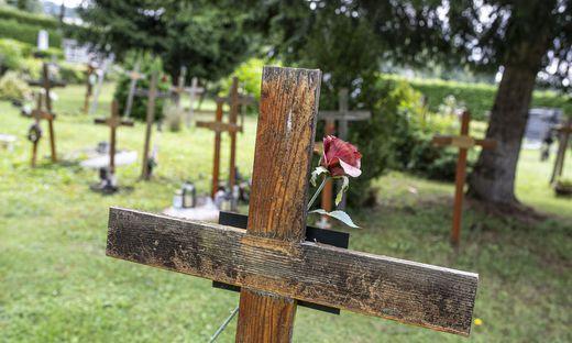 """Die Holzkreuze auf dem """"Zwanzigerfeld"""" auf dem Friedhof Annabichl werden immer weniger"""