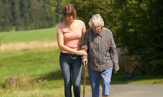 Frau hilft Seniorin