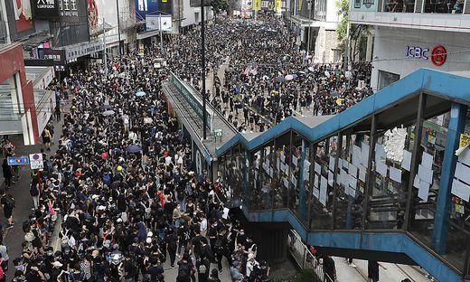 Tausende Bewohner Hongkongs demonstrieren gegen die von Peking eingesetzte Regierung