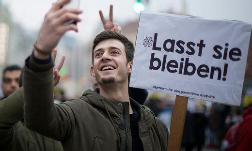 DEMONSTRATION GEGEN ABSCHIEBUNGEN 'LASST SIE BLEIBEN! LET THEM STAY!'
