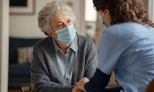 Landesweit fehlen qualifizierte Pflegekräfte. Die FPÖ fordert nun eine Pflege-FH für das obere Mürztal