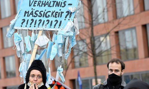 """Bei den """"Querdenkern"""" in Berlin war die Stimmung am Rande der Abstimmung im Bundestag aggressiv"""