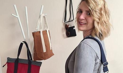 Petra Reiterer mit einer Auswahl ihrer Handtaschen.