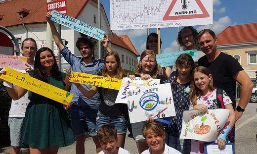Klimanotstand Resolution - Bgm. Andreas Babler mit den AktivistInnen der Friday for Future-Bewegung und Sch�lerInnen aus Traiskirchen
