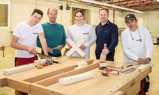 Martin Mandler (Zweiter von rechts) mit Lehrlingen Petar Mikolic, Florian Steininger sowie Ausbildnerin Anika Blasiker und Andreas Otmischi