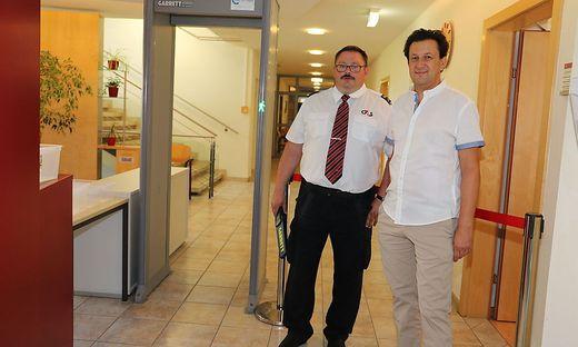 Sicherheitsfachkraft Christian Peer und der stellvertretende Kanzleileiter Dietmar Kaiser vor der Sicherheitsschleuse in der BH-Außenstelle Knittelfeld