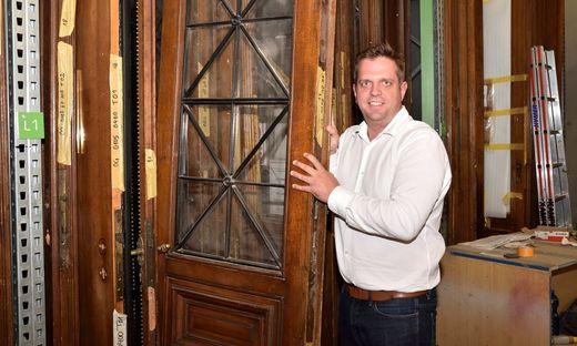 Geschäftsführer Martin Kamper mit einer rund 130 Jahren alten Tür aus dem Parlament, die in Tillmitsch saniert wird