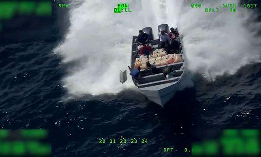 Drogenschmuggler auf einem Schnellboot versuchten noch, ihre Ware über Bord zu werfen