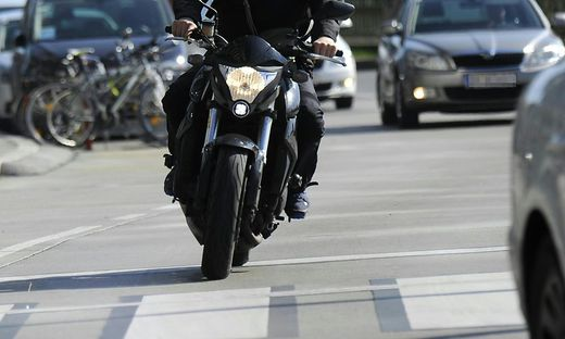THEMENBILD: MOTORRAD / VERKEHR / SICHERHEIT