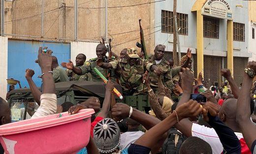 Soldaten werden von der somalischen Bevölkerung willkommen geheißen