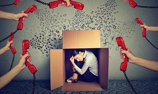 Auch ständige Erreichbarkeit sorgt für Dauerstress, denn die Arbeit bleibt dann nicht im Büro.