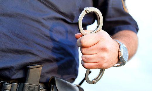Die Polizei traf die Frau mit der Waffe in der Hand an. Sie wurde festgenommen