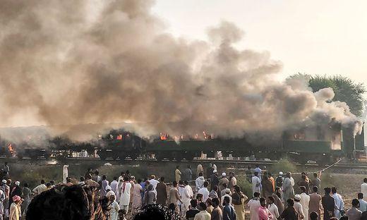 TOPSHOT-PAKISTAN-ACCIDENT-TRAIN-FIRE