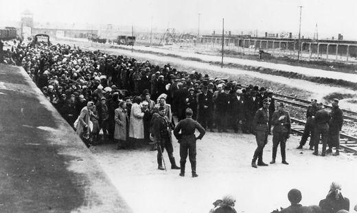 Selektion an der Rampe: Wer nicht arbeiten konnte, besonders alte Menschen, wurde sofort in die Gaskammer getrieben