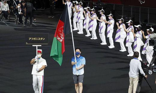 Die Afghanische Flagge wurde bei den Paralympics von einem Freiwilligen getragen, da die beiden Athleten nicht teilnehmen konnten