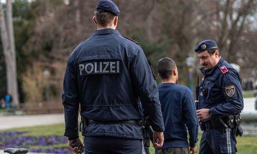 Die Polizei kontrolliert - Symbolfoto