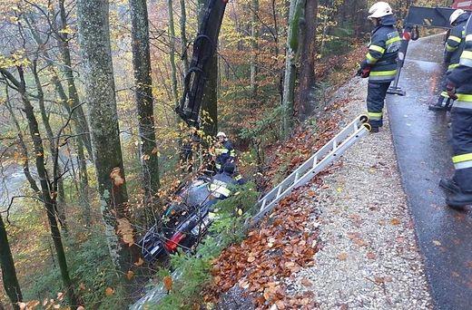 Lange unentdeckter Unfall: Nach Stunden barg die Freiwillige Feuerwehr Koglhof den lebensgefährlich verletzten 29-Jährigen.