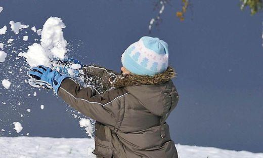 Wegen Schneeballwürfen Österreicher zerrt Urlauberkind zur Polizei