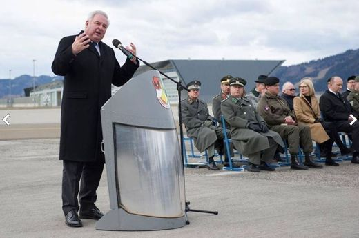 Landeshauptmann Hermann Schützenhöfer bei seiner Ansprache am Fliegerhorst Zeltweg
