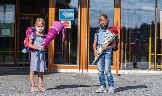 Mund-Nasen-Schutz ab dem Schultor bis zum Sitzplatz: Für Grazer Schüler - und auch Taferlklassler - könnte das am ersten Schultag die Realität sein