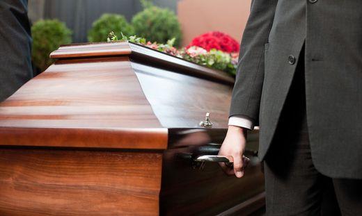 Bevor es zum Begräbnis kommt, können Trauernde derzeit auch mit anderen Unannehmlichkeiten konfrontiert sein - das Warten auf einen Arzt, der die Totenbeschau vornimmt, kann lange dauern