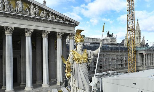 Die Statue der Pallas Athene vor dem Parlament in Wien sollte die Gesetzgeber zur Weisheit und zum kühlen Kopf mahnen