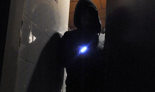 Die unbekannten Täter drangen in eine Firmen-Lagerhalle ein