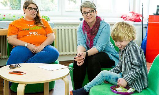Nico mit den Therapeutinnen der Esslernschule