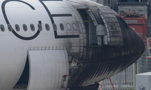 Feuer am Frankfurter Flughafen: Flugzeug in Flammen