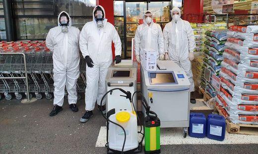 Thomas Thaler, Manuel Matzner, Ferdinand Tripolt und Alexander Kloiber von der Smart Hygiene GmbH bei der Desinfizierung einer Tiroler Supermarkt-Filiale, in der am Coronavirus erkrankte Angestellte gearbeitet haben